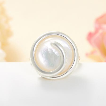 Кольцо перламутр белый  (серебро 925 пр.) размер 17