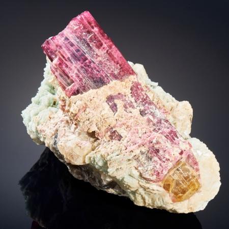 Кристалл в породе турмалин розовый,полихромный, кварц, клевеландит  L 8х10х15 см