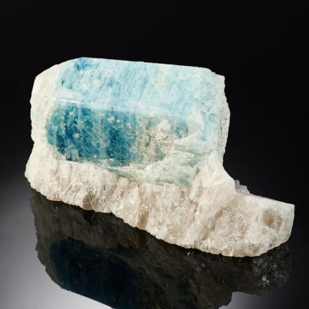 Кристалл аквамарин на кварце  S 3,5х4,5х8 см