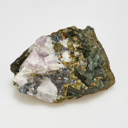 Кристалл аметист в породе роговая обманка, халькопирит  S
