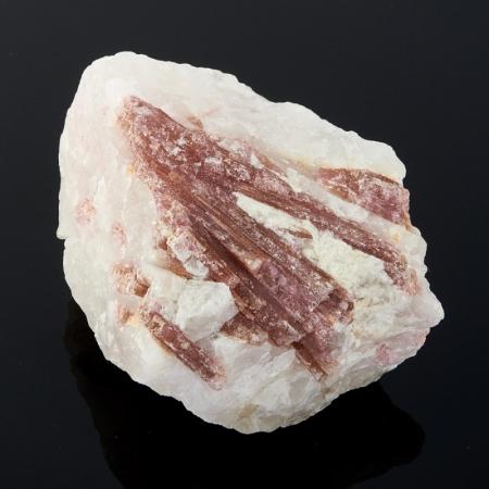 Кристалл красный турмалин в породе